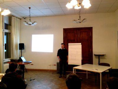 """Jakub Szczepanik podczas prezentacji """"Nie marnuj swojego Scruma!"""""""
